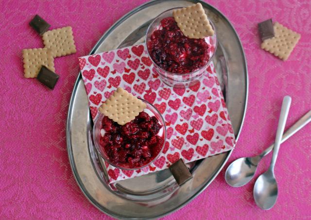 keksz málna csokoládé tejcsokoládé habtejszín vaníliás cukor joghurt kókuszreszelék pohárkrémek
