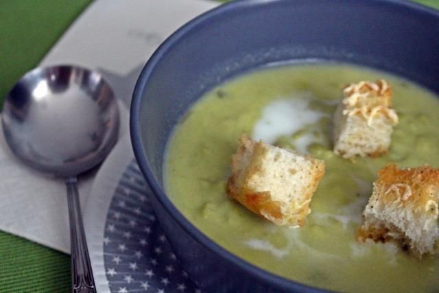 zöldborsó borsó krumpli leves fincsi ebédek só bors sajt tejszín citrom petrezselyem kruton kenyér olívaolaj