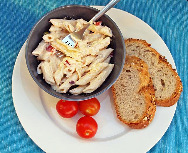 hagyma lilahagyma kaliforniai paprika joghurt majonéz penne  tészta sajt füstölt sajt vendégvárók tésztasaláta fincsi ebédek
