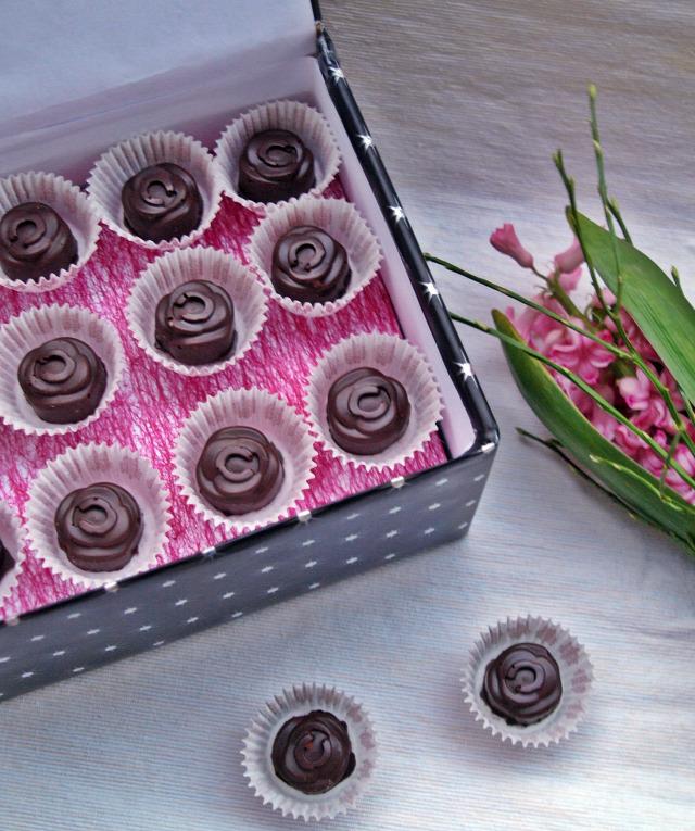 bonbon marcipán étcsokoládé csoki csoki pasztilla áfonyalekvár édességek