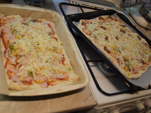 pizza vendégvárók olívaolaj bazsalikom oregánó liszt sonka kukorica kolbász szalámi olajbogyó paradicsom pizzaszósz hagyma sajt pizzafeltét