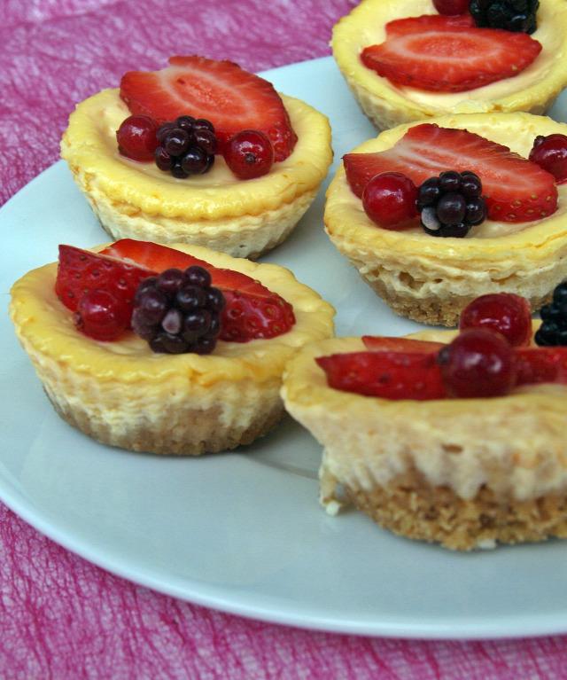 sajttorta Édességek krémsajt tejföl zabkeksz tojás gyümölcs eper szeder ribizli cheesecake édességek