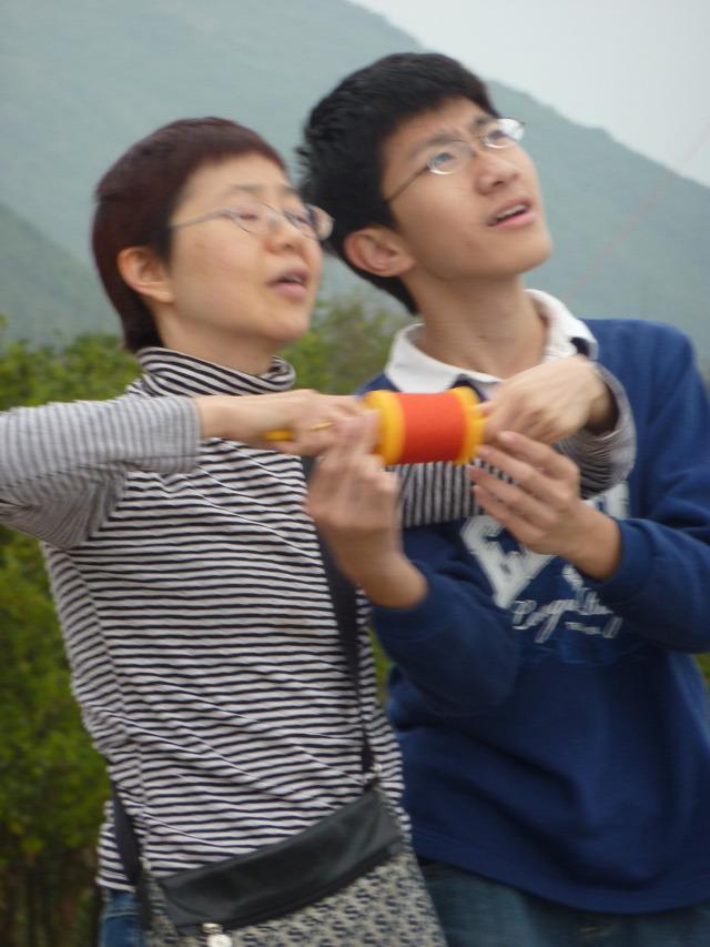 2e03424807 Hong Kong, sárkányt eregető fiatalok: