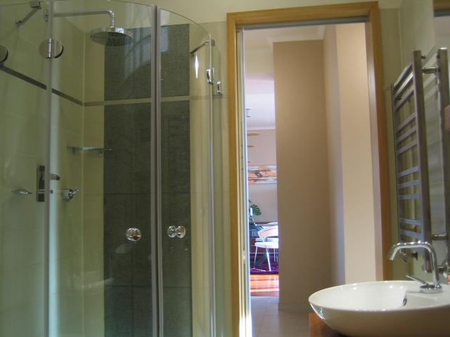 fürdőkád tusoló zuhanyzó fürdőszoba lakberendezés belsőépítészet ingatlanműhely