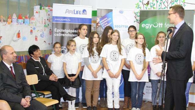 Mosdófelújítási Program mosdófelújítás EMMI Domestos Rétvári Bence Unilever