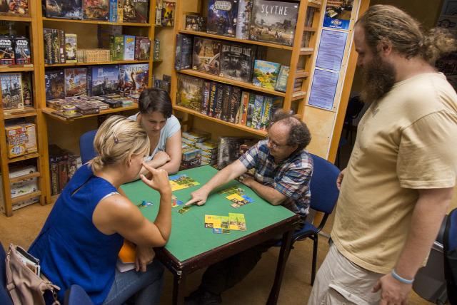 társasjáték családi társasjáték családi csapatépítés Aczél Zoltán Dixit Dobble Kingdomino MagicMaze 7csoda Splendor Pandemic Puerto Rico Nagyfeszültség
