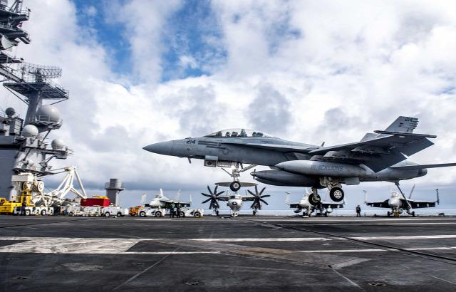 levegőben us navy landolás vízen repülőgép-hordozó f/a-18 haditengerészet usa