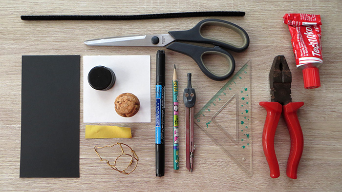 nehéz DIY ünnepek Szilveszter újrahasznosítás kreatív kéményseprő borosdugó olcsó karton búék asztaldísz család újév
