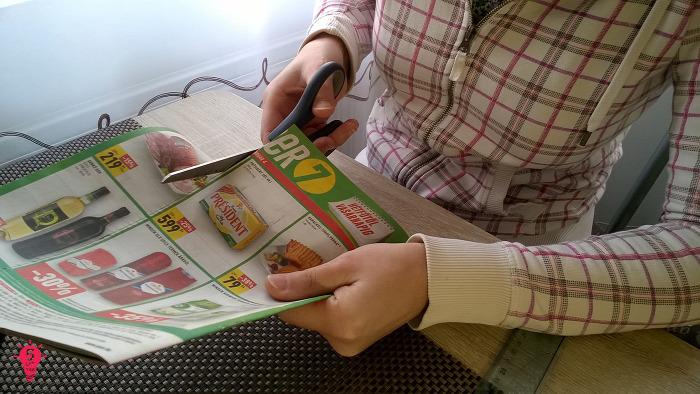 DIY kosár papírfonás kosár papírfonással festés karton újrahasznosítás reklámújság dekoráció nehéz olcsó kreatív ötletek újságpapír használati tárgy