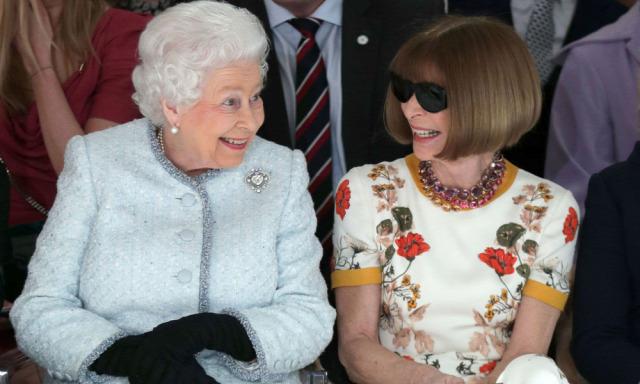 a5f6e19c12 kultúra Anna Wintour Vogue II. Erzsébet királynő divat fashion Givenchy  Yves Saint-Laurent Audrey