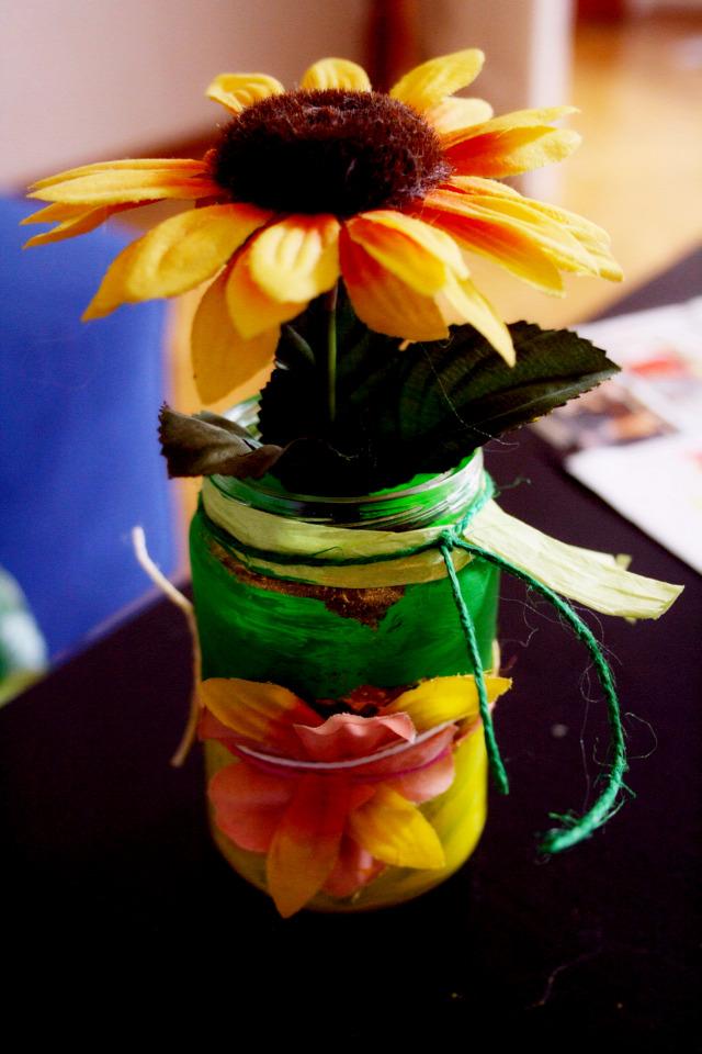 bébiétel újrahasznosítás recycling mécsestartó tavasz virág anya kreatív üvegfestés művirág dekoráció üveg diy doityourself csináld magad