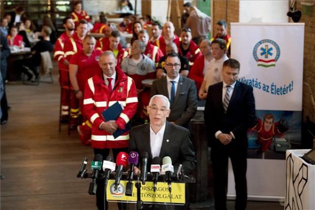 balog zoltán mentők életpálya modell troll átverés mentők napja