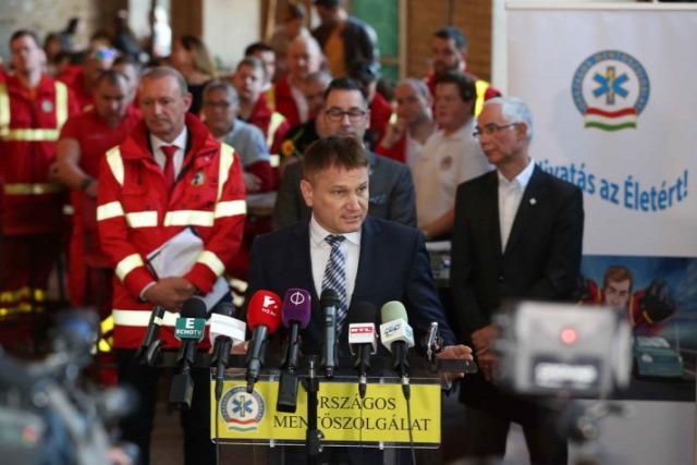 Mentők tüntetés EMMI nem érti Ónodi-Szűcs Zoltán Csató Gábor Mentős fizetés Tüntetnek a mentők