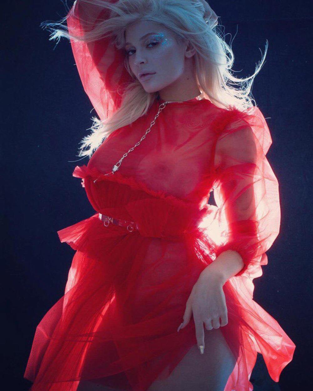 Kylie Jenner V magazine