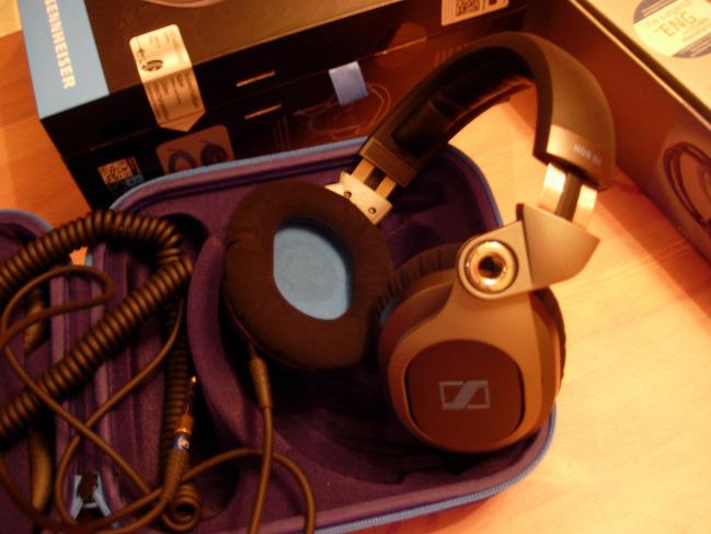 sennheiser audio partner fejhallgató füles vs versus teszt standard dj hd25 hd8 dj technics sl-1200 dr. zoidberg British Airways  concorde hd25 ba hangmérnök hangtechnikus izoláció sportriporter tévériporter hangnyomás alkatrész strapabíró technolog activeguard hd26 pro hd7 hd6 mix etalon csúcsmodell hd25-cii konstrukció ergonómia kábel kevlár királykategória udg magma aiaiai tma-1 tengely felfüggesztés bársony velúr gyűrű ofc acél AKG K181DJ hangkép made in china made in ireland imaging thd teljes harmonikus torzítás