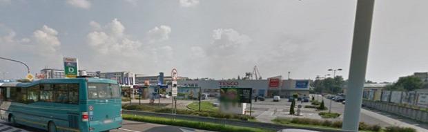 A komáromi Tesco, mellett Jysk, dm stb. - Forrás: Google Maps