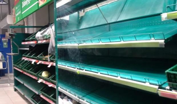 Este kilenc előtt a zöldséges pulton lényegében kiürült - Fotó: Buksza