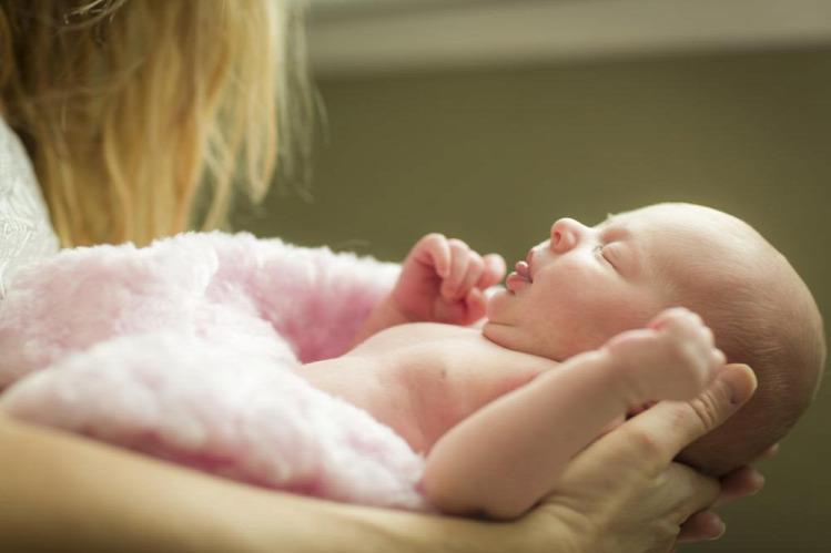 újszülött csecsemő anyaság