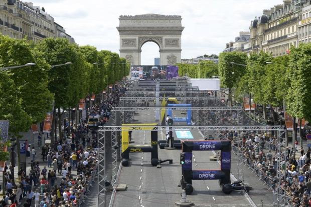 Francia Párizs drón verseny repülő