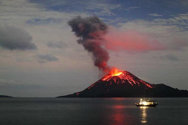 Vulkán kitörés éjjel Kratakau