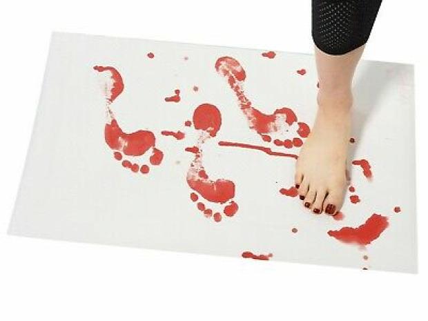 fürdőszoba szőnyeg vér piros víz nedves