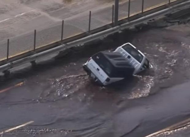 gödör teherautó víz pocsolya