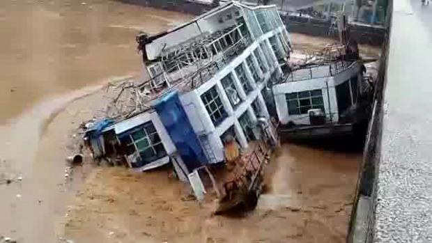 Kína hajó áradás elszabadul híd
