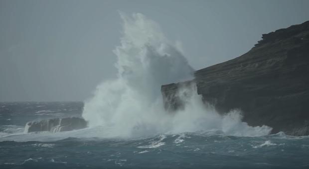 tengerpart hullám turista vihar sziklafal