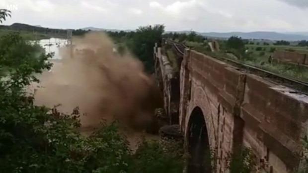 áradás híd omlás