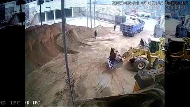 homlokrakodó baleset homok kanál