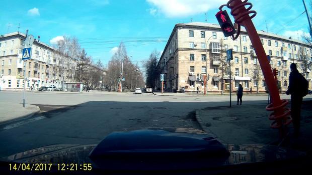 közlekedési lámpa gyalogátkelő bot kidől