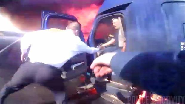 balest égő autó mentés testkamera