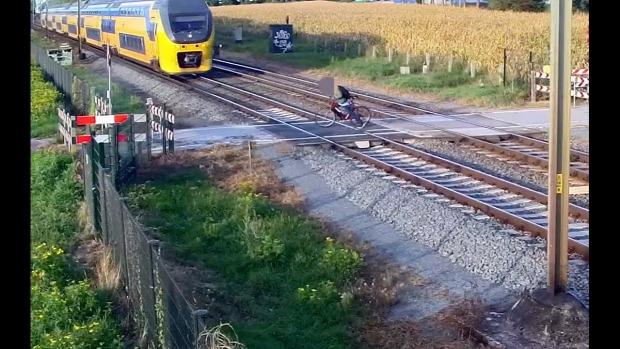 vonat átjáró kerékpáros