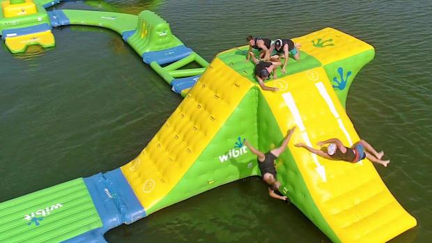 víz sziget felfújható bírkózás akadály verseny