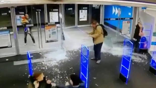 áruház üvegajtó robban