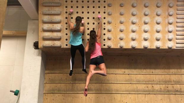 két lány mászófal