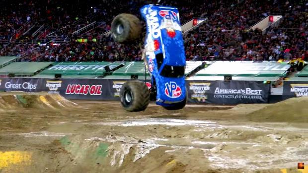 monster autó verseny szaltó hátra előre