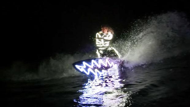 LED szörf éjszaka
