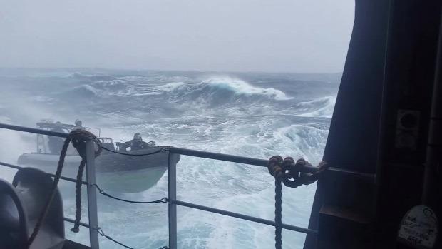 Déli-óceán járőrhajó gyakorlat vihar
