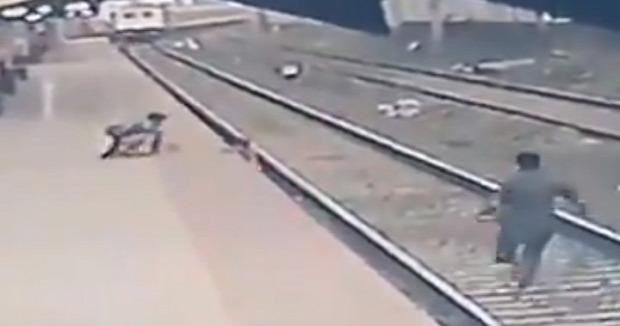 vonat életmentés india mumbai kisfiú