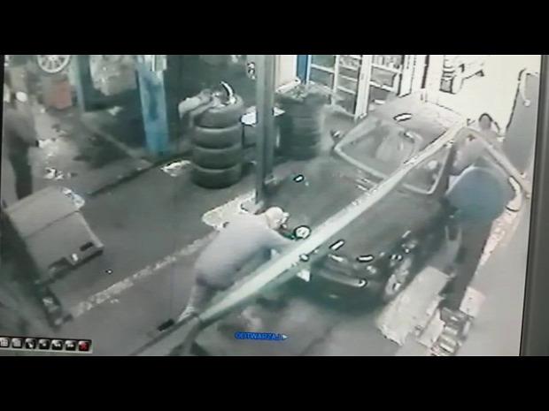 autószerelő mühely akna beesik