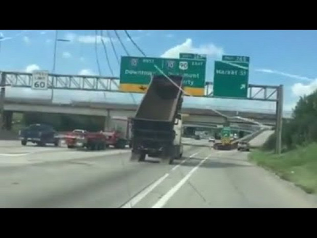 autópálya kamion nyitott billenő baleset