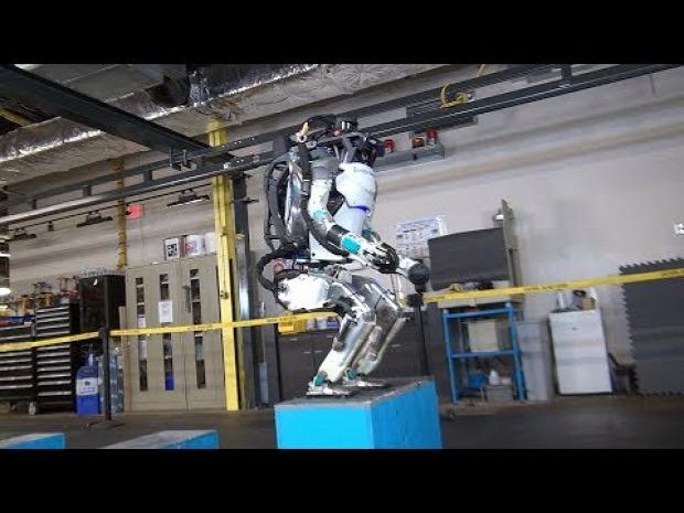 robot Atlas jár ugrik szaltó