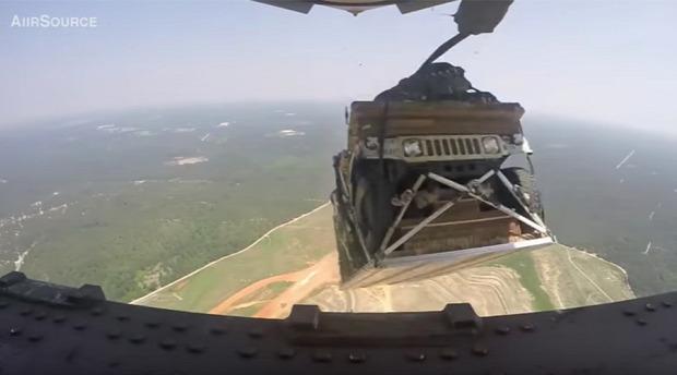 desszant terepjáró humvee ejtőernyő repülőgép C-17