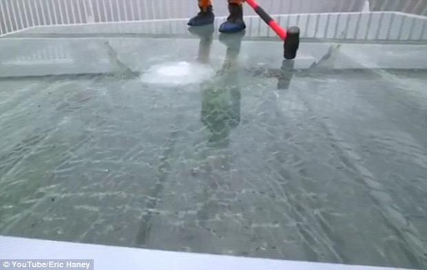 Kína üveghíd törés pöröly