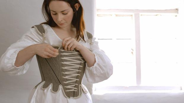 XVIII. század angol munkásnő viselet öltö9zet öltözés
