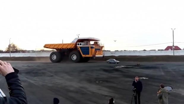 legnagyobb teherautó dömper eltapos személyautó